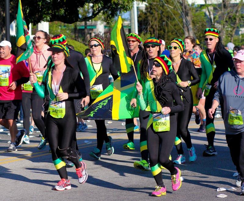 Läufer stellen Jamaika während des Fassbinders 2015 River Bridge Run dar lizenzfreies stockbild