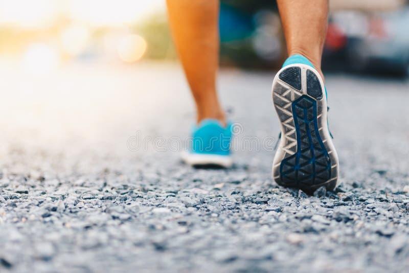 Läuferfüße, die auf Straßenabschluß oben auf Schuh laufen stockbild