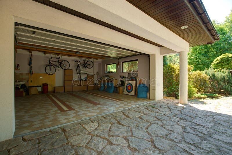 Lådaaskar i garaget arkivbild