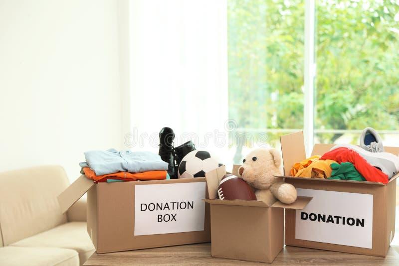 Lådaaskar med donationer arkivbilder