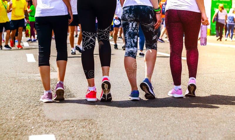 Låg avsnittsikt av idrottskvinnor som står på gatan Abstrakt bakgrund om sport royaltyfria bilder