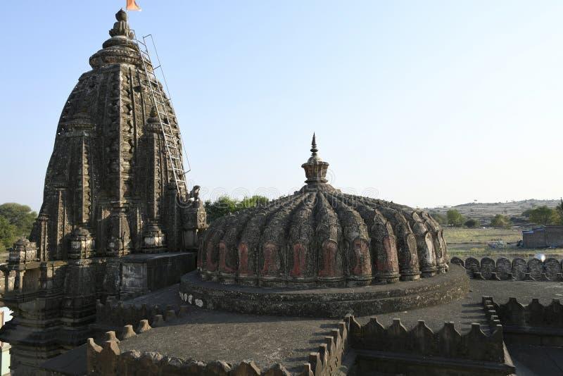 Låg höjdshikhara över mandapam och hög shikhara över Garbhagriha på den Vitthal templet, Palashi, Parner, Ahmednagar arkivfoton