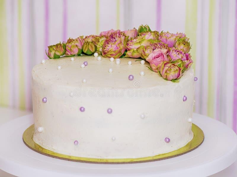 Låg-kalorin dekorerade den handgjorda kakan med rosor för nya blommor royaltyfri foto