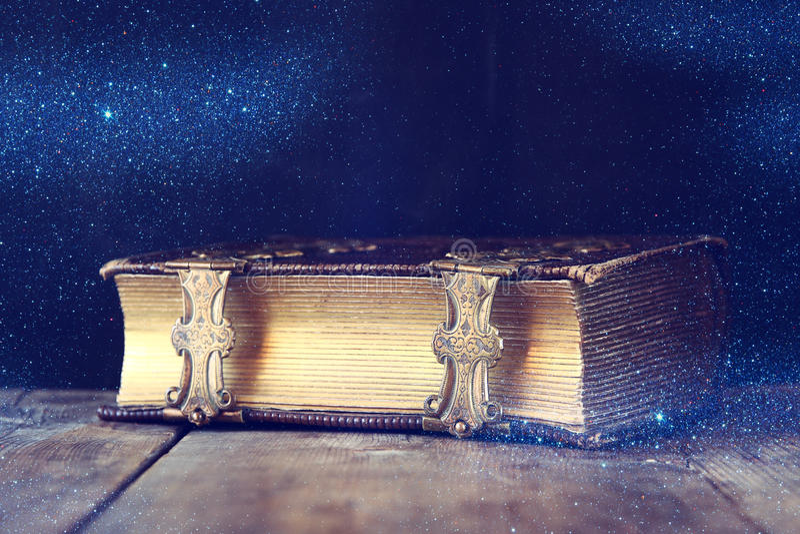 Låg nyckel- bild av den antika berättelseboken Filtrerad tappning royaltyfria foton