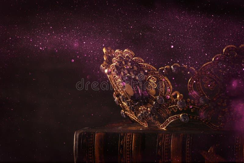 låg nyckel- bild av den härliga drottning-/konungkronan medeltida period för fantasi Selektivt fokusera royaltyfri foto
