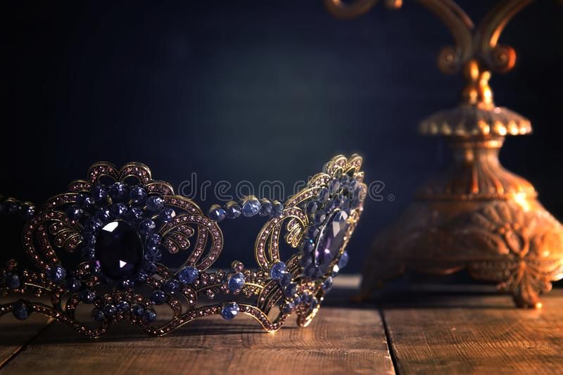 låg nyckel- bild av den härliga drottning-/konungkronan medeltida period för fantasi Selektivt fokusera arkivbild