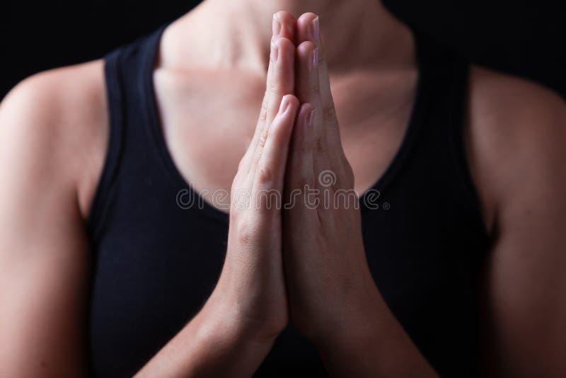 Låg tangent, slut upp av händer av troget be för kvinna royaltyfri foto