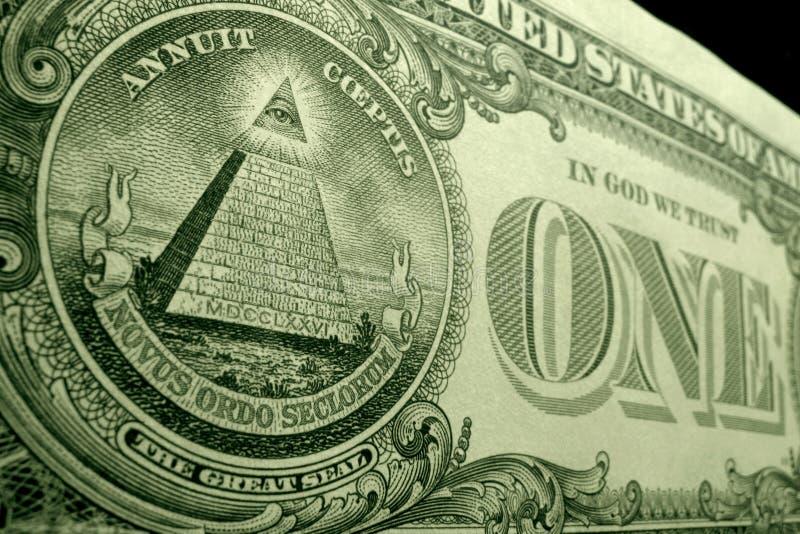 Låg vinkel, grunt djup av fältskottet av pyramiden, från den stora skyddsremsan, på baksidan av US dollarräkningen arkivbild
