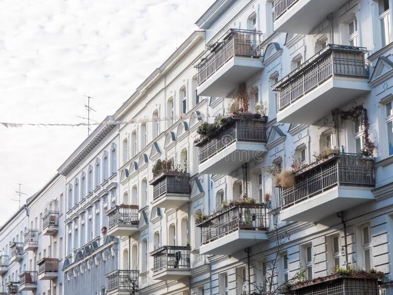 Låga löneförhöjninghyreshusar med balkonger royaltyfri bild