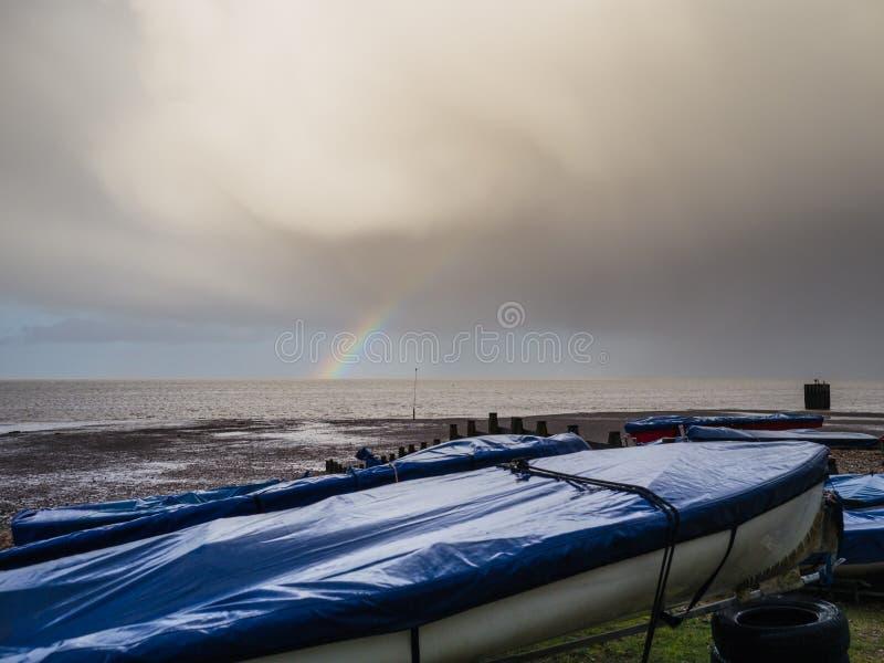 Låga moln på sjösidan royaltyfria bilder