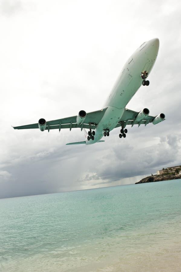 Lågt flygplan royaltyfri bild