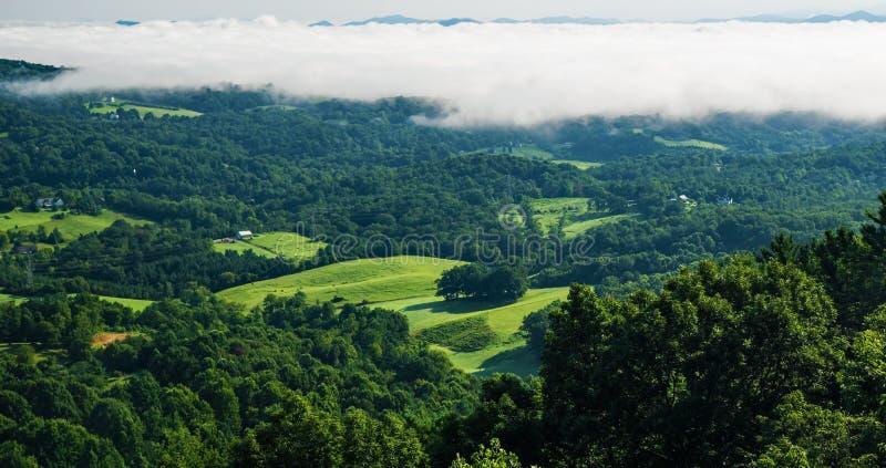 Lågt ligga fördunklar över Shenandoahet Valley royaltyfri foto