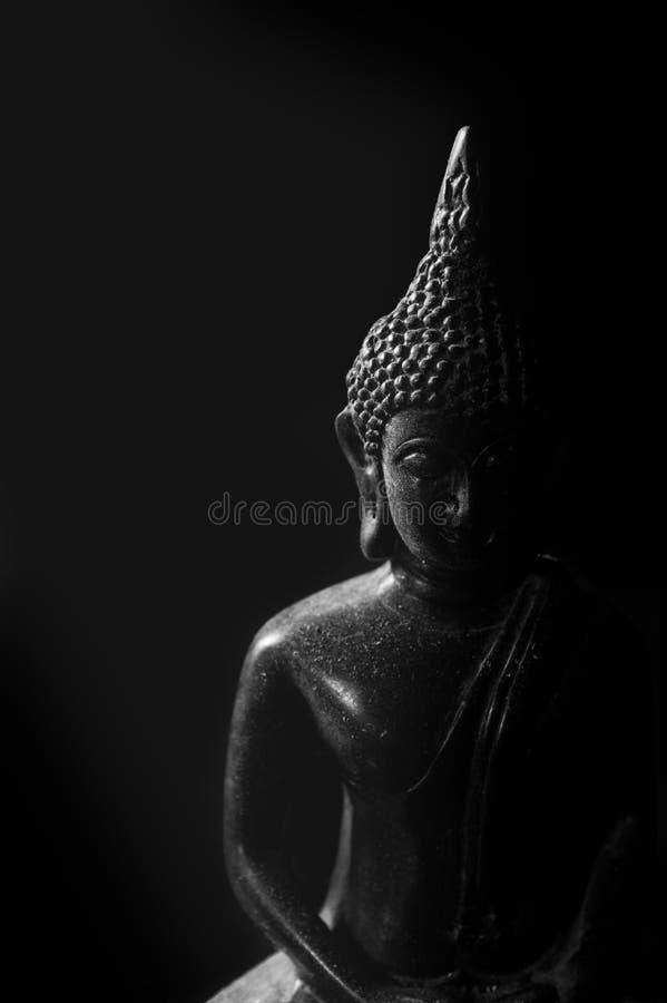 Lågt nyckel- ljus av Buddhastatyn royaltyfria foton