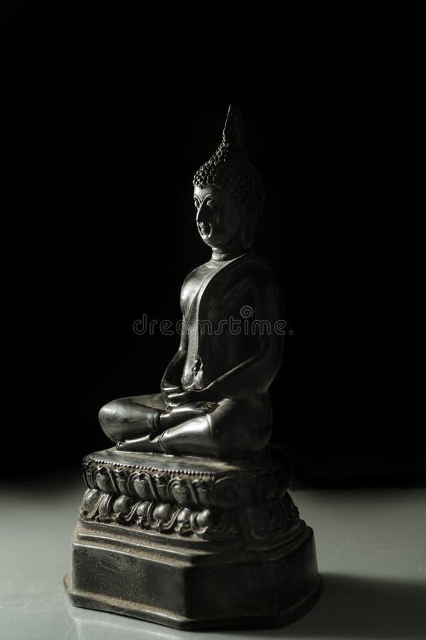 Lågt nyckel- ljus av Buddhastatyn fotografering för bildbyråer