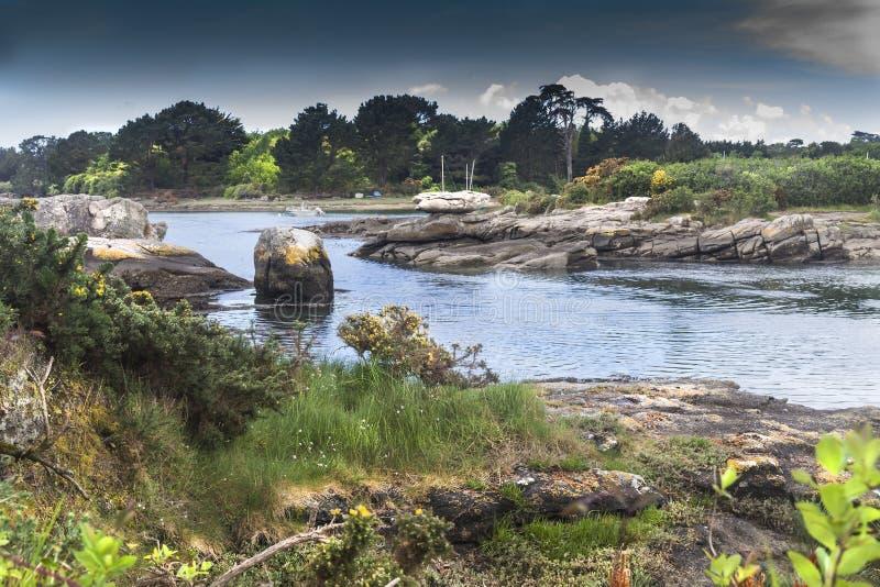 Lågvatten i Poludlu, Brittany, Frankrike, med en liten slott fördärvar arkivfoton
