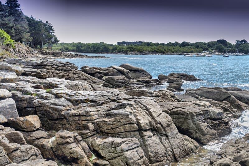 Lågvatten i Poludlu, Brittany, Frankrike, med säregen stong vaggar arkivfoton