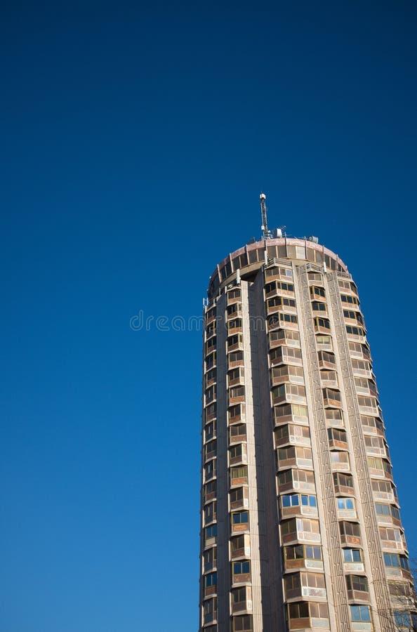 Lågvinkelsskott av en höglastad byggnad med bakgrund av vacker blå himmel i Dunkerque, Frankrike royaltyfri foto