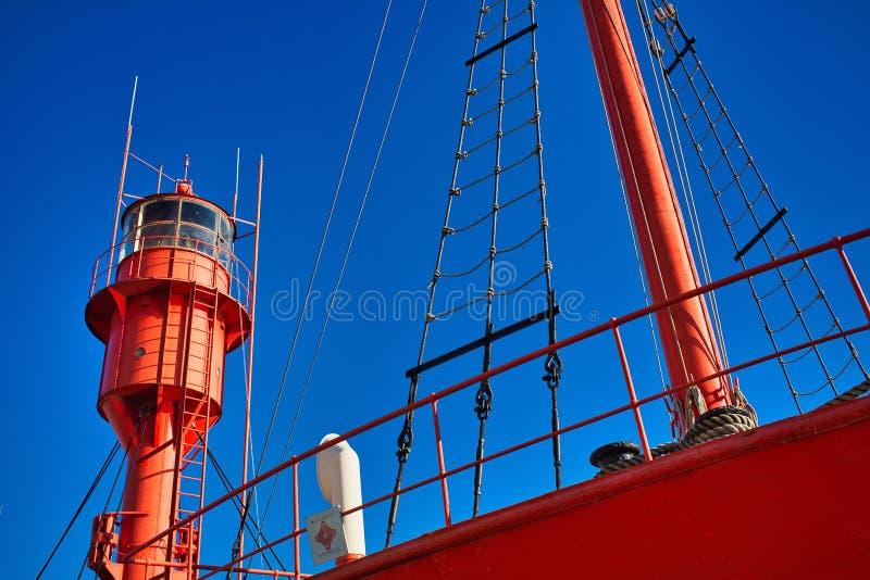 Lågvinkelsskott på ett rödsegelfartyg med blå himmel i Dunkerque, Frankrike royaltyfri foto