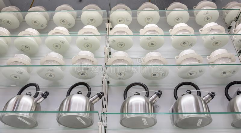 Lågvinkelsskott på vattenkokare och tekoppar på hyllorna till en butik som fångats i Dallas, Förenta staterna royaltyfri fotografi