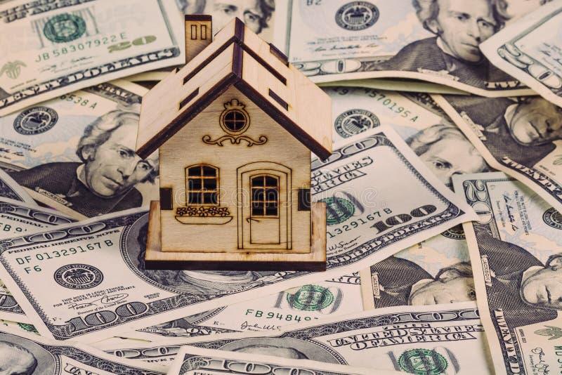 Lån eller räddning för köp ett hus- och fastighetbegrepp Inteckna p?fyllning och begreppet f?r r?knemaskinegenskapsdokument Foto  arkivbild