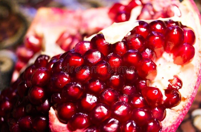 lån exotiska frukter mogen pomegranate superfoods för pomegranate för makro en för cholesterol kan tätt lägre sköt frö upp Röd gr royaltyfri foto