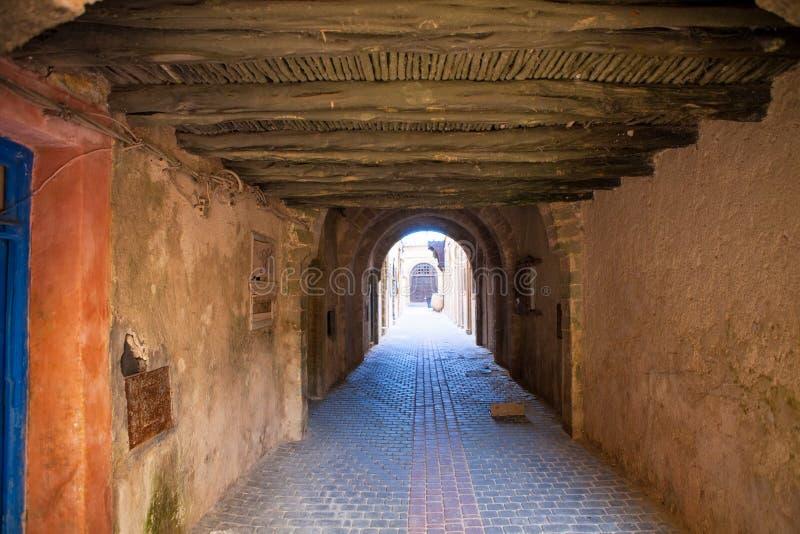 Lång dold gränd i medinaen Essaouira, Marocko royaltyfri foto
