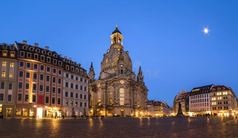 Lång exponering av den Neumarkt fyrkanten och den Frauenkirche kyrkan av vår dam i Dresden på den klara natten, stadsfyrkant med  fotografering för bildbyråer
