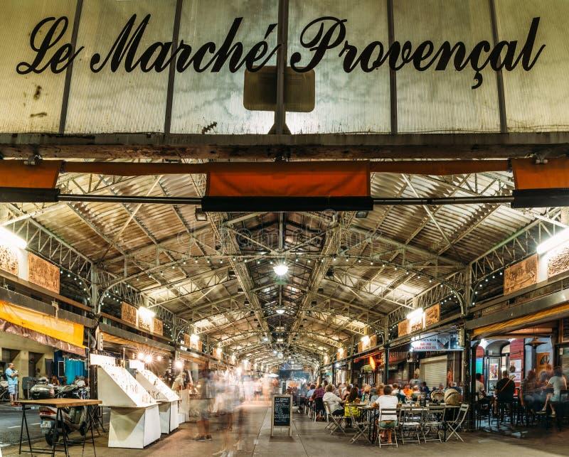 Lång exponering av den Provencal marknaden i Antibes, ` Azur, Frankrike för skjul D på natten royaltyfria bilder