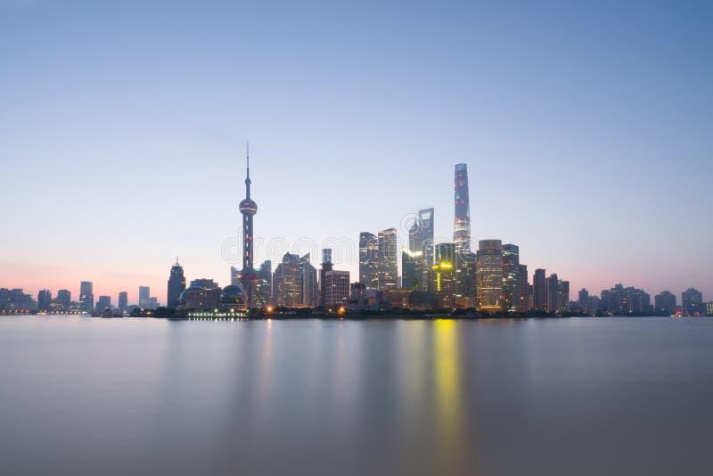Lång exponering av det Pudong området, moderna skyskrapor och Huangpu River i Shanghai på soluppgång Stads- arkitektur i Kina royaltyfria foton