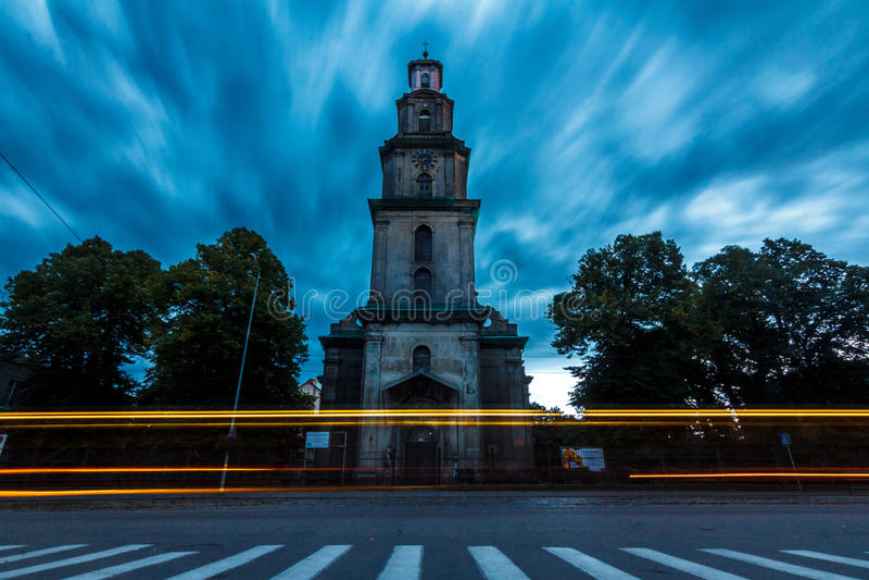 Lång exponering av domkyrkan med den ljusa slingan och rörelse i moln arkivfoto