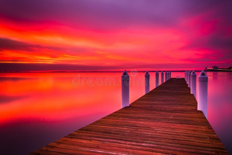 Lång exponering av en pir på solnedgången, på Chesapeakefjärden i Kent royaltyfria bilder