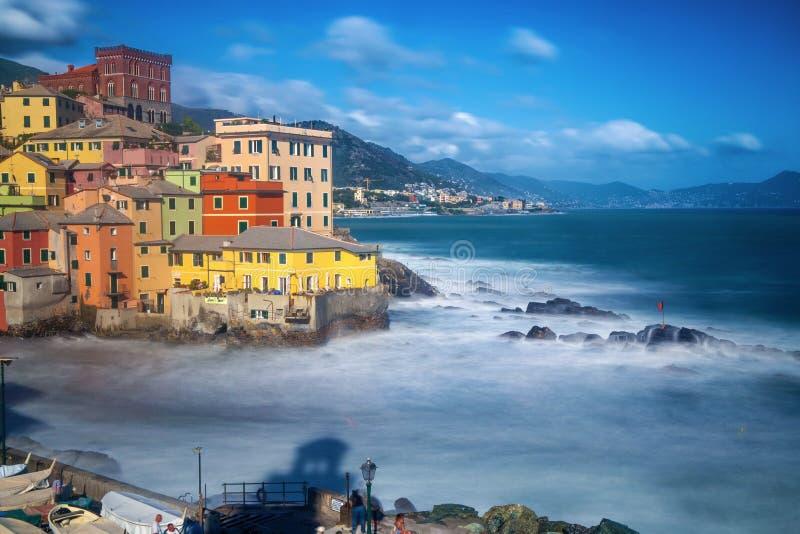 Lång exponering av Genoa Boccadasse, ett fiskeläge och färgrika hus i Genua, Italien royaltyfria bilder