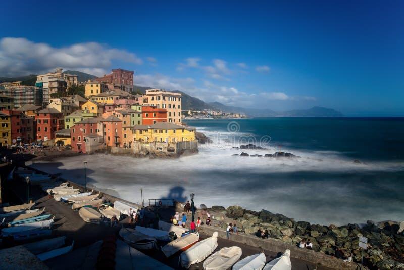 Lång exponering av Genoa Boccadasse, ett fiskeläge och färgrika hus i Genua, Italien royaltyfri foto