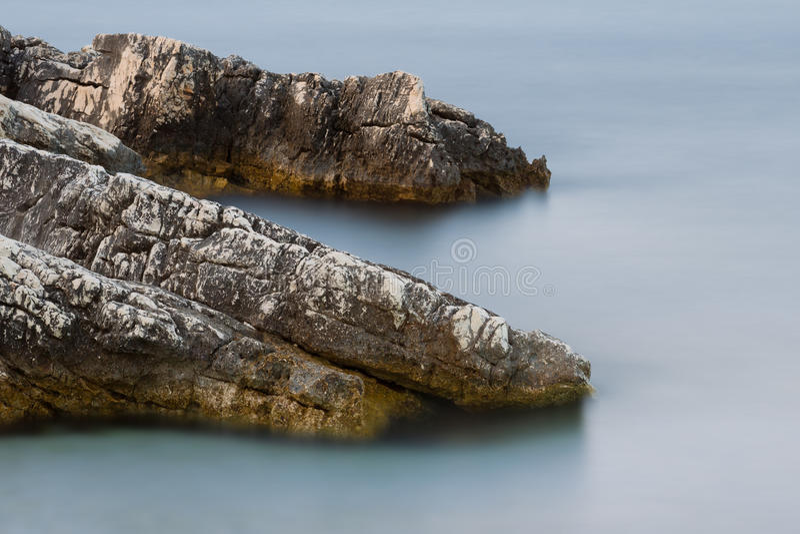Lång exponering av havet och vaggar på ön Kefalonia, Grekland royaltyfria foton