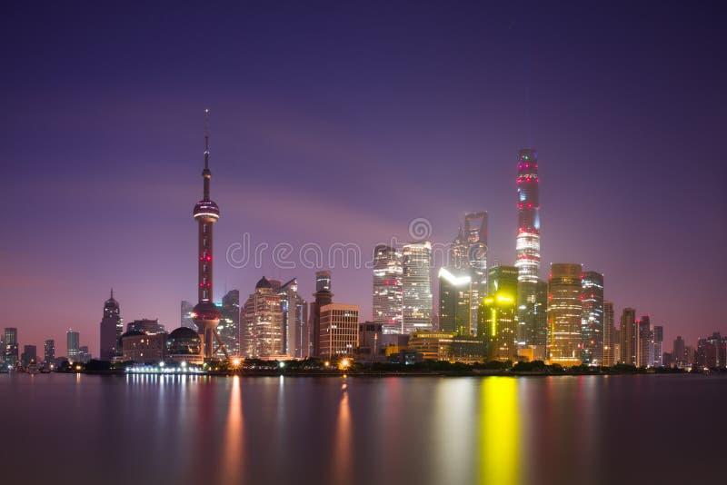 Lång exponering av Pudong, moderna skyskrapor, Huangpu River i Shanghai på natten Cityscape och stads- arkitektur royaltyfri bild