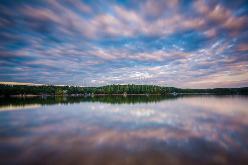 Lång exponering av sjönormanden på solnedgången, på sjön Norman State Par royaltyfria foton
