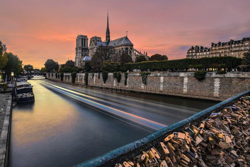 L?ng exponering av solnedg?ngen p? den Notre Dame de Paris domkyrkan arkivfoto