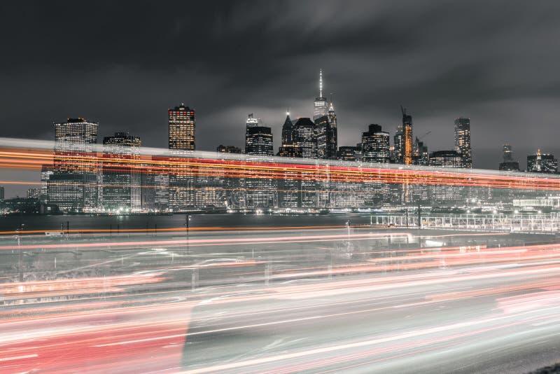 Lång exponering av trafik med i stadens centrum Manhattan i sikt royaltyfria bilder