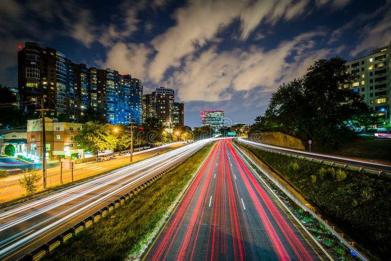 Lång exponering av trafik på den Arlington boulevarden på natten, i Arl arkivbilder