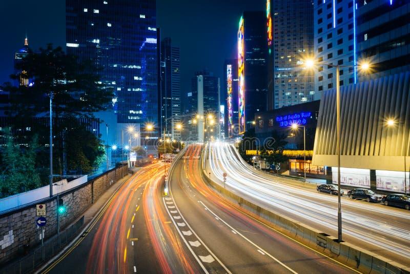 Lång exponering av trafik på den Connaught vägen och skyskrapor på ni royaltyfria bilder