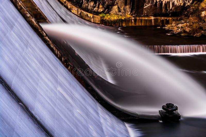 Lång exponering av vatten som flödar över den Prettyboy fördämningen, i Baltimore royaltyfria foton