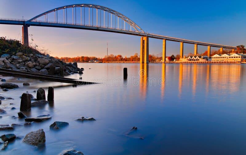 Lång exponering för afton av bron över chesapeaken och den Delaware kanalen i Chesapeakestaden, Maryland royaltyfria bilder