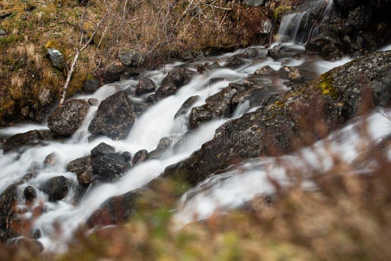 Lång exponering för bergliten vik royaltyfri foto