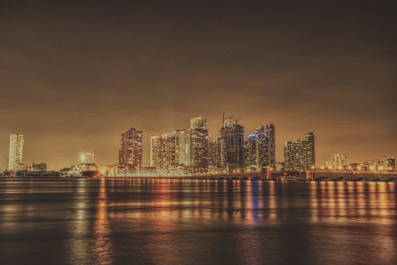 Lång exponering för Miami Florida natthorisont arkivbild