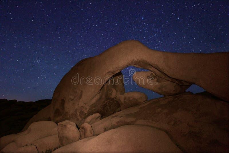 Lång exponering för stjärna över Joshua Tree National Park arkivfoton