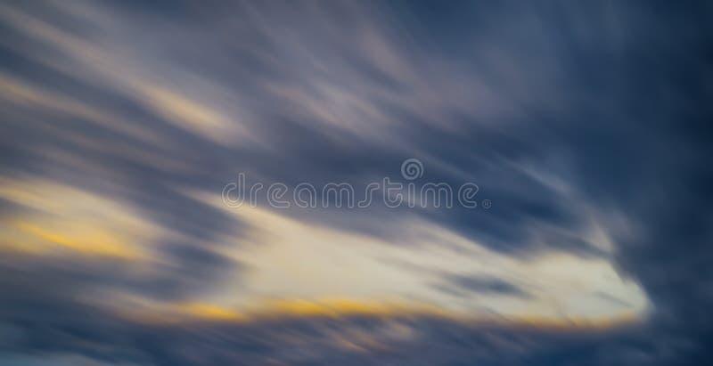 Lång exponering gjorde suddig färgrika moln för rörelse royaltyfria bilder