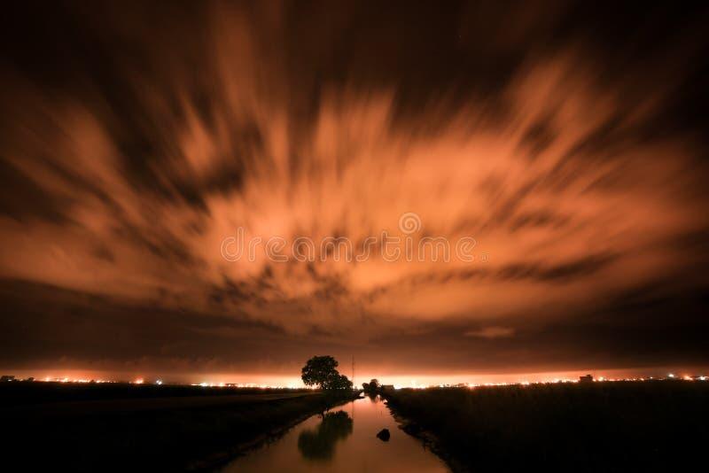 Lång exponering nattetid för diken och trädreflektion i Sekinchan paddy field nära Kuala Selangor Malaysia royaltyfria bilder