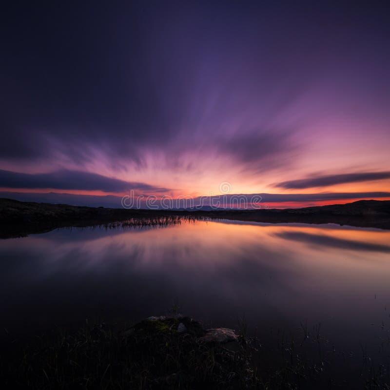 Lång exponering på natthimmel och den lilla sjön i område av Nordgruvefe royaltyfri bild