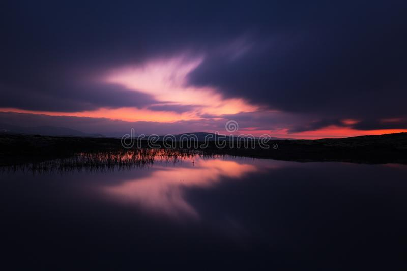 Lång exponering på natthimmel och den lilla sjön i område av Nordgruvefe arkivbild