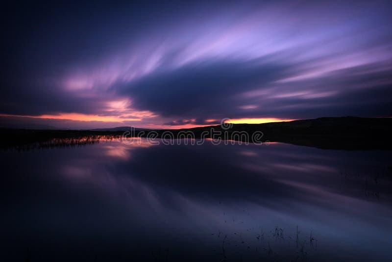 Lång exponering på natthimmel och den lilla sjön i område av Nordgruvefe royaltyfri foto